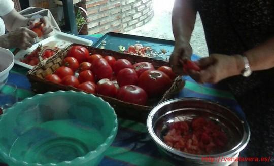Picando y pelando los tomates